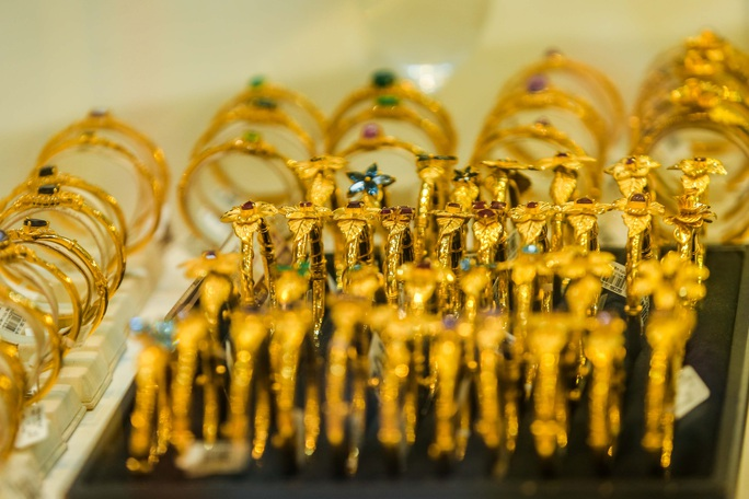 Giá vàng vượt mốc 62 triệu đồng/lượng: Người dân tấp nập mua bán - Ảnh 11.