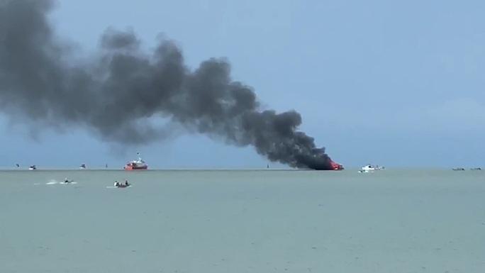 Tàu du lịch của doanh nghiệp ở Phú Quốc cháy kinh hoàng trên đường ra đảo Hải Tặc - Ảnh 1.