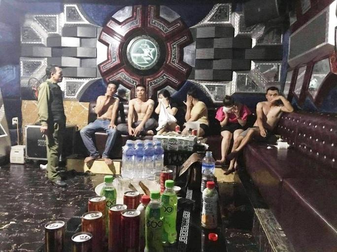 Xử lý 6 trai làng, gái quê tổ chức tiệc ma túy tại quán karaoke - Ảnh 1.