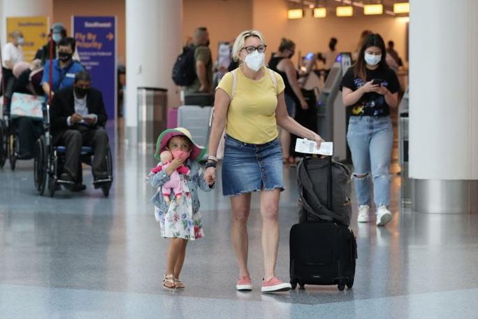Mỹ dỡ bỏ hạn chế du lịch nước ngoài dù bị cấm cửa ở nhiều nước - Ảnh 1.