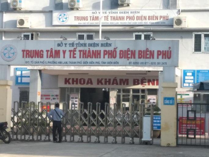 Một thầy giáo cùng con gái 17 tuổi đi Đà Nẵng về có biểu hiện đau họng, tức ngực - Ảnh 1.