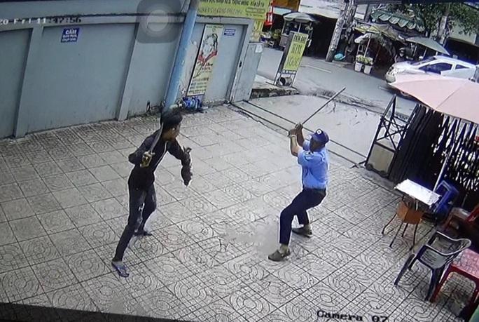 Một bảo vệ chung cư ở quận Bình Tân bị nam thanh niên chém trọng thương - Ảnh 2.