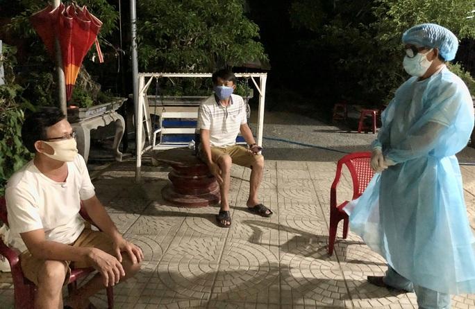 2 bệnh nhân ở Quảng Ngãi tiếp xúc hàng trăm người trước khi mắc Covid-19 - Ảnh 1.
