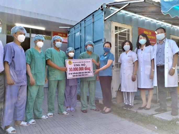 LĐLĐ Thừa Thiên – Huế tặng quà các y, bác sĩ tuyến đầu chống dịch - Ảnh 1.