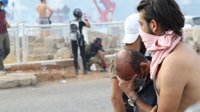 Biểu tình sau vụ nổ Beirut: Cảnh sát thiệt mạng, hàng trăm người bị thương - Ảnh 3.