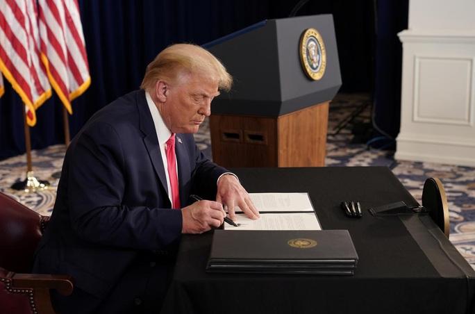 Thách thức quốc hội, Tổng thống Trump ký sắc lệnh cứu trợ mới - Ảnh 1.