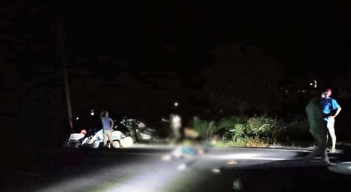 Tông vào đôi nam nữ đi bộ bên đường, người đàn ông đi xe máy tử vong tại chỗ       - Ảnh 1.