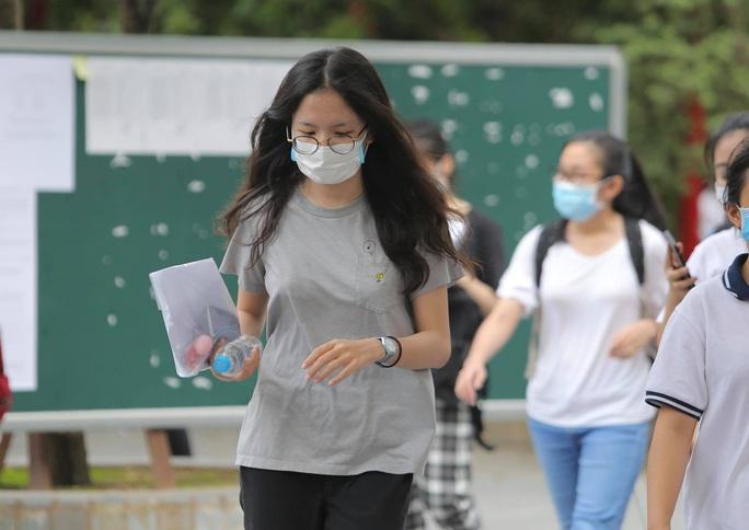 TP HCM: Học sinh, sinh viên tiếp tục ngừng đến trường để phòng chống dịch bệnh - Ảnh 1.
