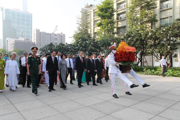 Lãnh đạo TP HCM dâng hoa, dâng hương Chủ tịch Hồ Chí Minh - Ảnh 1.