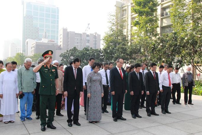 Lãnh đạo TP HCM dâng hoa, dâng hương Chủ tịch Hồ Chí Minh - Ảnh 3.
