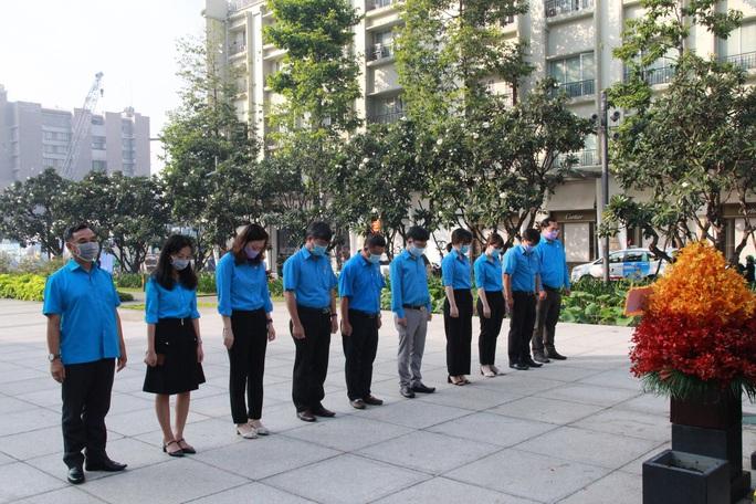 Lãnh đạo TP HCM dâng hoa, dâng hương Chủ tịch Hồ Chí Minh - Ảnh 8.