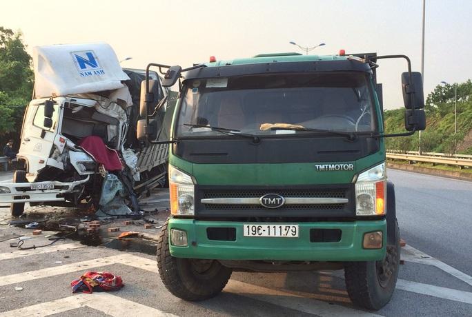 Tông đuôi xe tải đang dừng trên cao tốc Nội Bài - Lào Cai, tài xế tử vong trong cabin - Ảnh 2.
