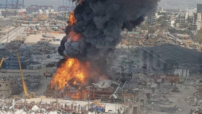 Vụ nổ hóa chất chưa lắng xuống, cảng Beirut lại ngùn ngụt khói lửa - Ảnh 3.