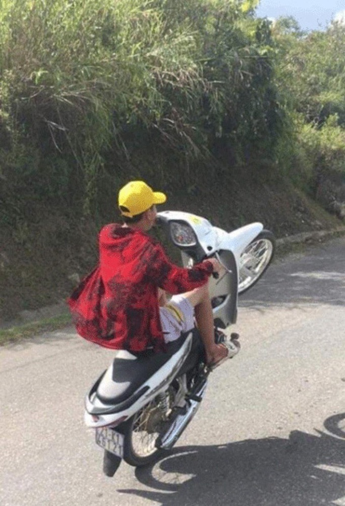 CLIP: Ớn lạnh cảnh thiếu niên 16 tuổi lái xe máy bằng 1 chân khi đổ đèo Khau Phạ - Ảnh 2.