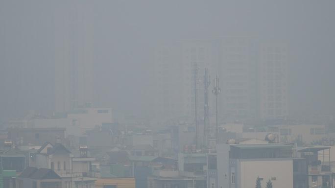 Sáng nay, sương mù bao phủ bầu trời TP HCM - Ảnh 2.