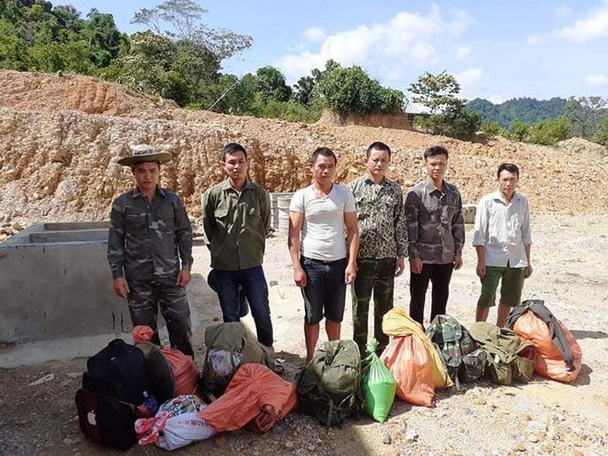 Quảng Bình: Bắt quả tang 6 đối tượng vào rừng khai thác vàng trái phép - Ảnh 1.
