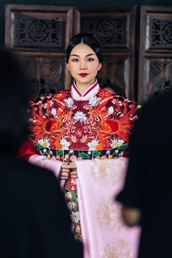 Trang phục Thái hậu Dương Vân Nga giống thời Mãn Thanh, nhà thiết kế nói gì? - Ảnh 2.