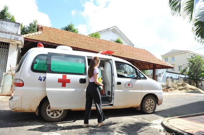 Nữ sinh viên 3 lần âm tính rồi dương tính SARS-CoV-2 được xuất viện - Ảnh 2.