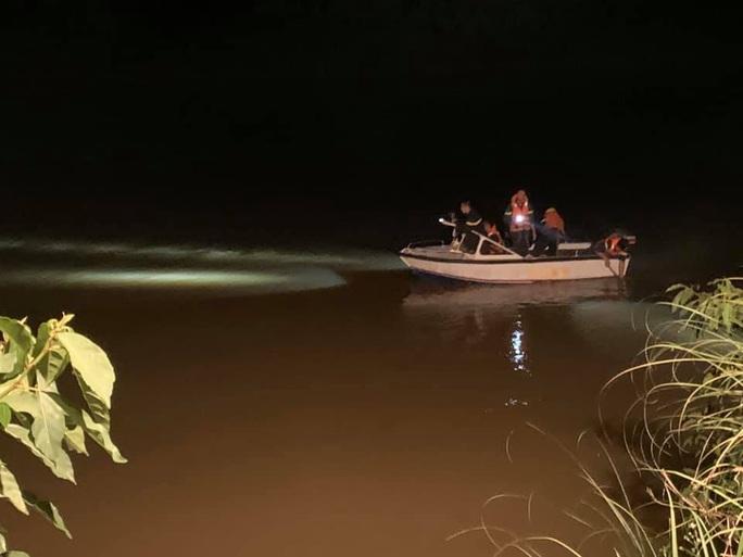 Phát hiện đôi giày trên cầu, tổ chức tìm kiếm thấy thi thể nữ sinh 17 tuổi - Ảnh 1.
