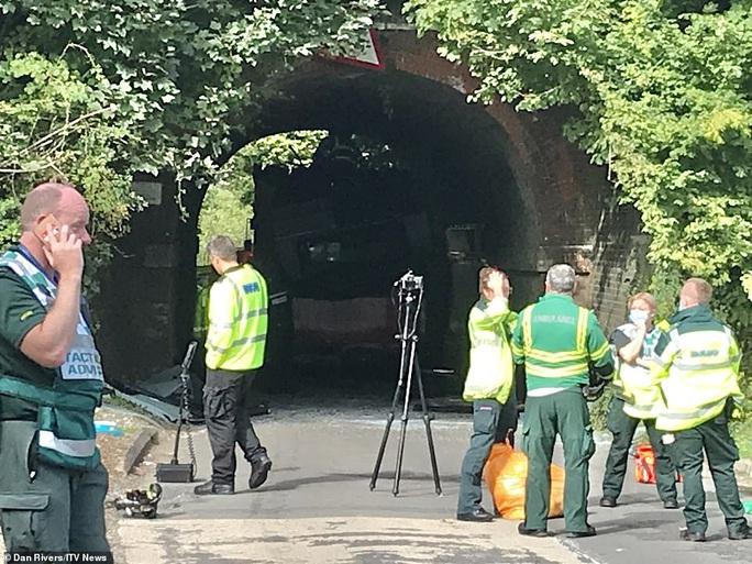 Hai xe buýt Anh bay nóc sau khi tông vào gầm cầu, nhiều học sinh bị thương - Ảnh 2.