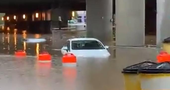 Mưa lớn khiến khuôn viên Nhà Trắng ngập lênh láng - Ảnh 1.
