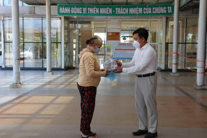 Bệnh nhân liệt nửa người ở Quảng Nam kèm nhiều bệnh nền nặng chiến thắng Covid-19 - Ảnh 1.