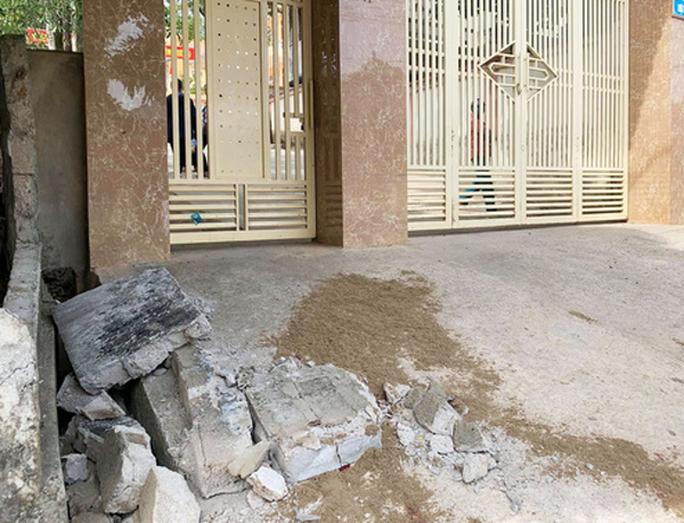 Sập bờ tường trước cổng trường, một học sinh lớp 5 tử vong trong giờ ra chơi - Ảnh 1.