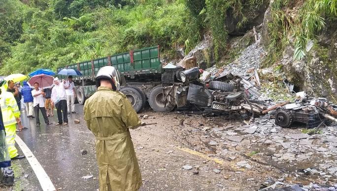 Xe đầu kéo lao vào vách núi, tài xế và phụ xe chết trong cabin - Ảnh 1.