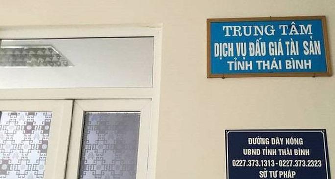 Thêm cán bộ của Trung tâm Dịch vụ đấu giá Thái Bình bị khởi tố tội tham ô - Ảnh 1.