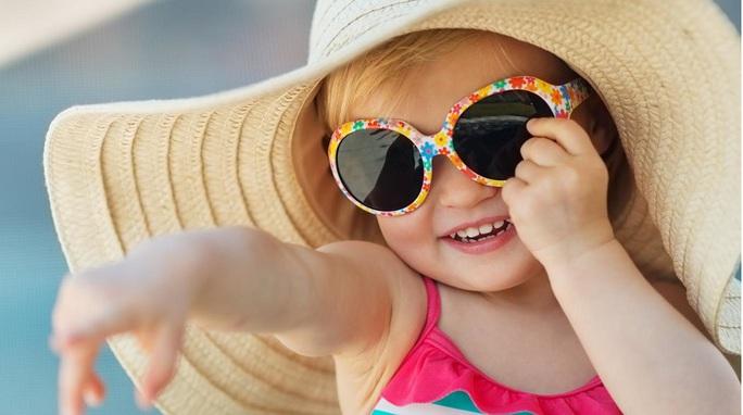 Bé dễ chảy nước mắt khi đi nắng: do ăn thiếu chất? - Ảnh 1.