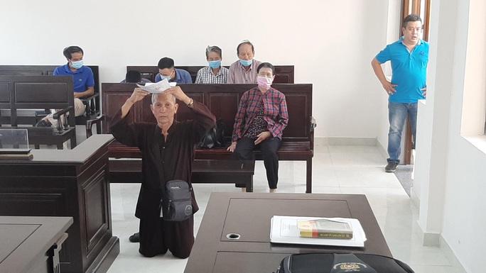 Đồng Nai: Người đàn ông quỳ giữa tòa xin xử án - Ảnh 1.