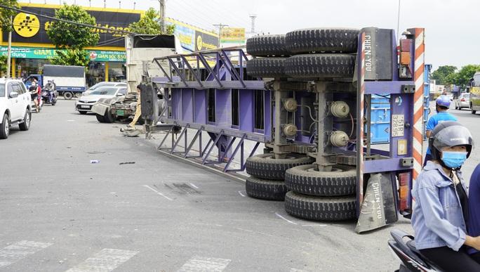 VIDEO Container lật nhào, ô tô biến dạng sau va chạm cùng chiều  - Ảnh 4.