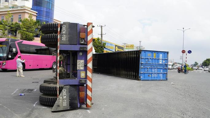 VIDEO Container lật nhào, ô tô biến dạng sau va chạm cùng chiều  - Ảnh 5.