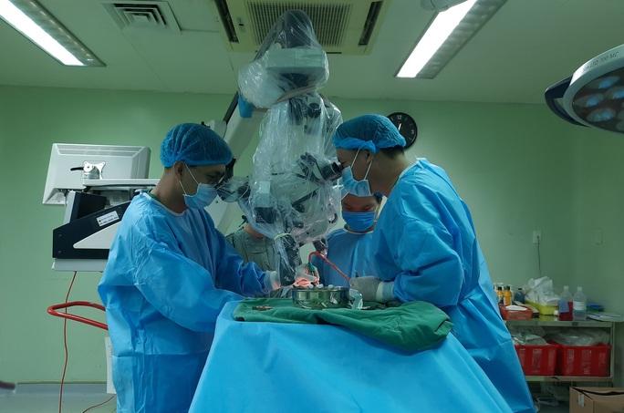 10 giờ căng thẳng lấy khối u màng não khổng lồ - Ảnh 2.