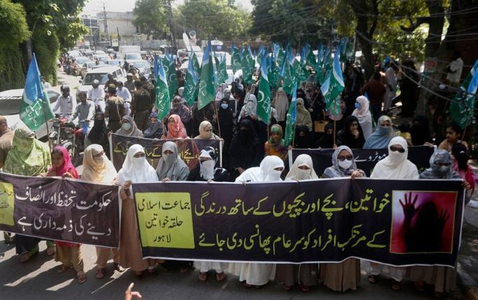 Pakistan ngùn ngụt lửa giận vì phụ nữ bị cưỡng hiếp trước mặt con - Ảnh 2.