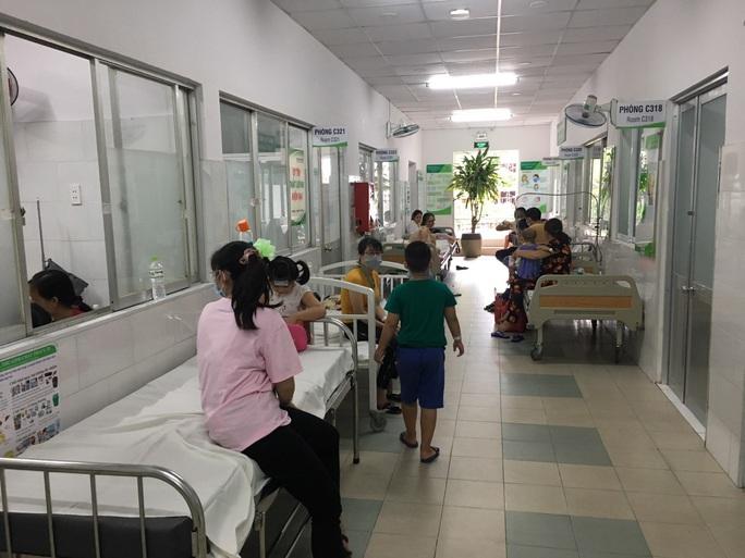 TP HCM: Tìm hiểu nguyên nhân nhiều học sinh nhập viện nghi do ngộ độc thực phẩm - Ảnh 1.