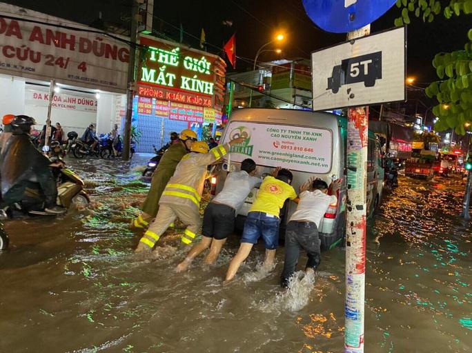 """Clip: Công an, dân phòng TP HCM """"giải cứu"""" nhiều phương tiện ngập sâu sau trận mưa kéo dài - Ảnh 6."""