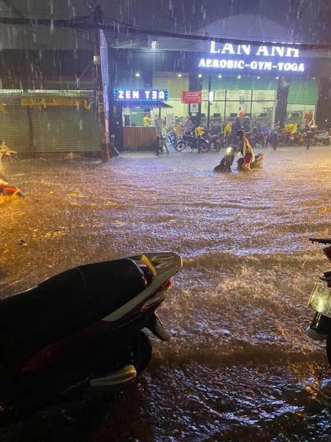 """Clip: Công an, dân phòng TP HCM """"giải cứu"""" nhiều phương tiện ngập sâu sau trận mưa kéo dài - Ảnh 2."""