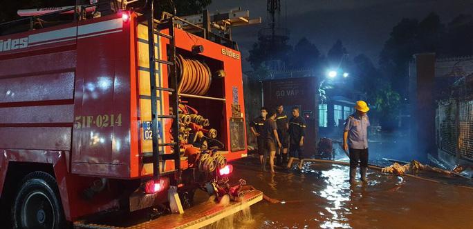 """Clip: Công an, dân phòng TP HCM """"giải cứu"""" nhiều phương tiện ngập sâu sau trận mưa kéo dài - Ảnh 5."""