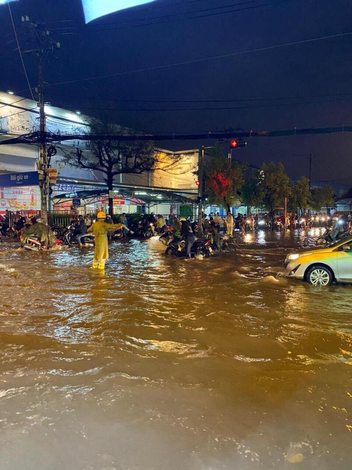 """Clip: Công an, dân phòng TP HCM """"giải cứu"""" nhiều phương tiện ngập sâu sau trận mưa kéo dài - Ảnh 7."""