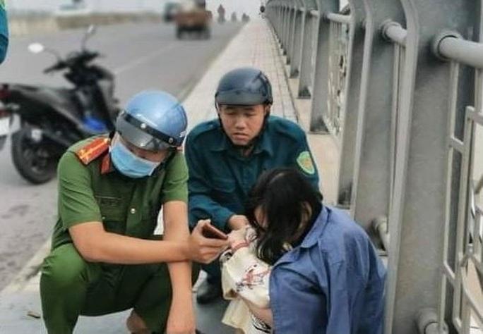 Cứu kịp cô gái đứng thẫn thờ trên cầu An Hảo nhìn xuống sông Đồng Nai chảy xiết - Ảnh 1.