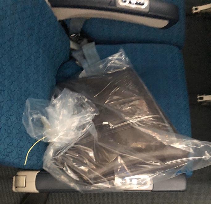 Từ Hà Nội vào TP HCM, khách bỏ quên 300 triệu đồng trên hộc hành lý máy bay - Ảnh 1.