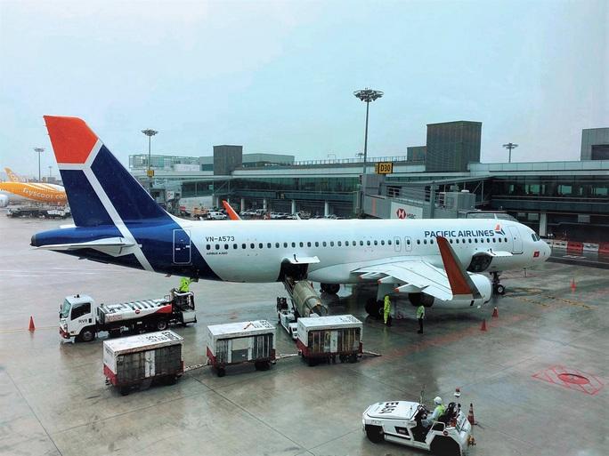 Hơn 240 người Việt từ Malaysia về nước tại sân bay Cam Ranh - Ảnh 2.