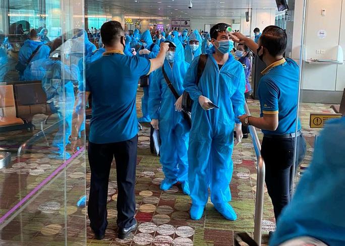 Hơn 240 người Việt từ Malaysia về nước tại sân bay Cam Ranh - Ảnh 3.