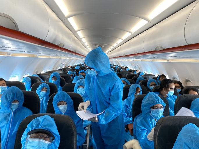 Hơn 240 người Việt từ Malaysia về nước tại sân bay Cam Ranh - Ảnh 4.