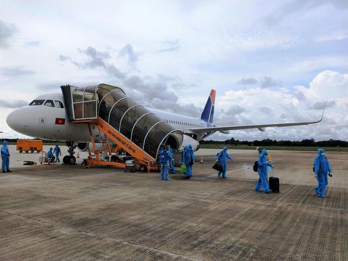 Hơn 240 người Việt từ Malaysia về nước tại sân bay Cam Ranh - Ảnh 5.
