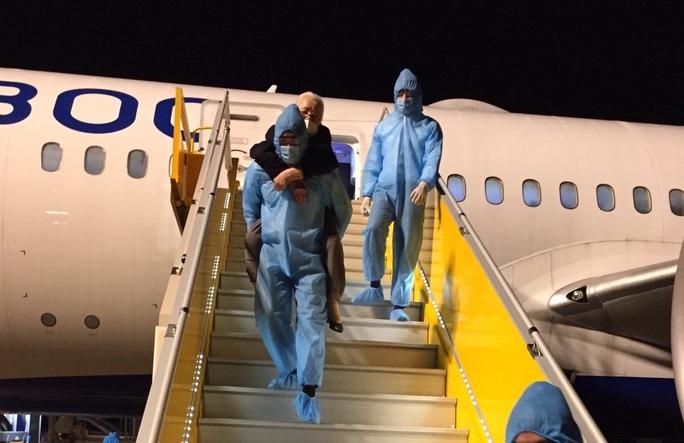 Hơn 240 người Việt từ Malaysia về nước tại sân bay Cam Ranh - Ảnh 1.