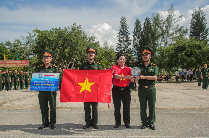 Một triệu lá cờ Tổ quốc cùng ngư dân bám biển đến với quân, dân đảo Bạch Long Vỹ anh hùng - Ảnh 5.