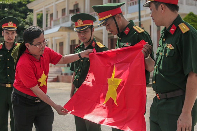 Trao cờ Tổ quốc trên đảo Bạch Long Vỹ - Ảnh 1.