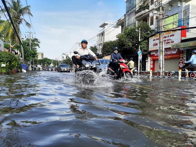 Cảnh báo mới nhất: Mưa lớn và triều cường cùng lúc đe dọa nhiều khu dân cư TP HCM - Ảnh 1.
